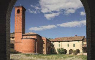 La chiesetta di Giarola vista dall'arco d'ingresso alla Corte agricola