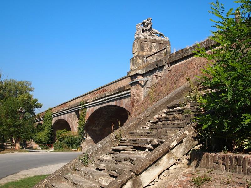 Lo storico ponte monumentale sul Taro lungo la Via Emilia eretto nel 1819