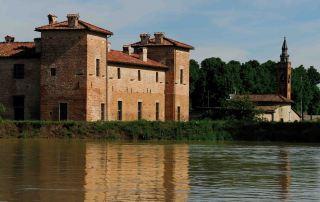 L'Antica Corte Pallavicina di Polesine vista dal fiume
