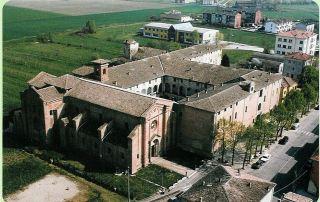 Una veduta aerea del complesso monastico della Badia cistercense di Fontevivo