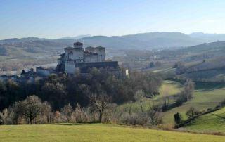 Il castello di Torrechiara visto dalle colline di Arola, domina la Val Parma