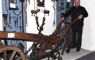 Mauro Parizzi conduce un antico aratro settecentesco